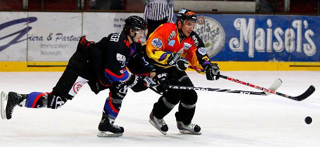 EHC-Bayreuth Eishockey Zweikampf