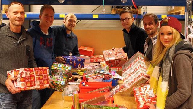 Maisel's Mitarbeiter packen Päckchen für bedürftige Kinder