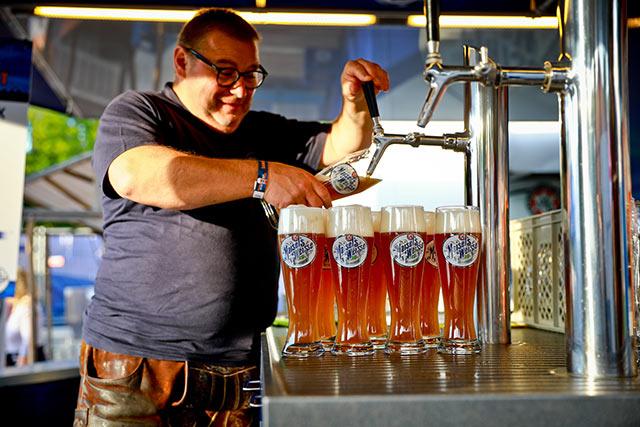 Mitarbeiter beim Bier zapfen
